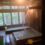 かけ流される冷泉、体を温める沸かし湯