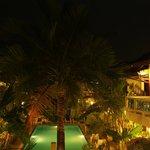 Blick auf Innenhof mit Pool bei Nacht