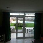 vista del patio con accesso al giarino e piscina