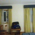 quarto com 2 janela e WC com uma