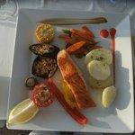 Grillet laks med grønnsaker