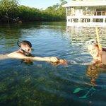 Practicando snorkel frente al hotel