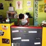 Deliciosos helados. He ido todos los días a esta heladería desde que estoy en Roatán!! Tienen qu