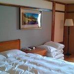 這是四人房,如果不習慣睡彈簧床的旅客,不妨參考這房型,可以兩人睡床上,兩人睡地上(地上有軟墊可以躺,不會太硬)!!