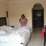 Une chambre et les lits bien décorés