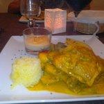 colombo de poulet et ses accompagnements (purée de patates douces, banane chaude, riz et divers
