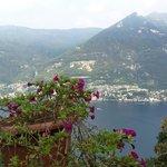 Une vue extraordinaire sur le lac de Côme, faisant face au village de Laglio - et à la villa d'u