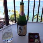 早速コンプリメンタリのチョコレートとハワイのスパークリングワインで乾杯!