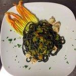 spaghetti al nero con gamberi e fiori di zucca