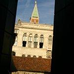 部屋から、サンマルコ広場の鐘楼が見えます