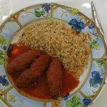 Roulés à la viande avec une sauce tomate au cumin, et boulgour.