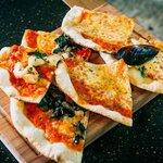 Пицца, испеченная в дровяной печи