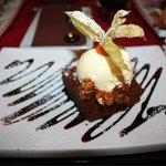 Dessert: Brownie con gelato alla vaniglia e noccioline caramellate