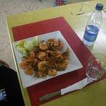 crevettes servies avec des frites