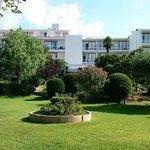 Vista hotel y zona ajardinada
