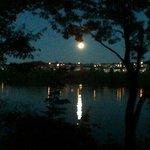 Levée de la lune sur le lac
