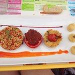Le plat principal : houmous une tomate farcie,du blé aux petits legumes, un flan aux courgettes