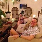 Sentados en una de las salas de la casa