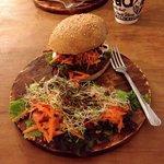 Burger végétarien accompagné de salades (à la place de frites)
