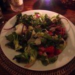 Salada bem servida e saborosa