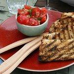 Gartenfrische Bruschetta mit knusprigen Knobibrot - sündhaft gut!