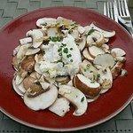Mit Zitrone marinierte, ernte-frische Champignons und leichtem Ziegenkäse