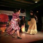 Ornella y Miriam en pleno baile flamenco