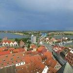 Blick vom Kirchturm auf die Rügenbrücke (Speicher links neben dem Hochhaus)