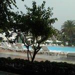 Vue sur la piscine un jour de pluie