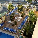 Vue sur piscine et  mer de la chambre de l hotel las arénas