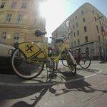 Небольшая парковка велосипедов перед входом