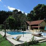Vista da piscina e da área externa do hotel