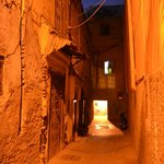 La calle de acceso... destila sabor a Marruecos.