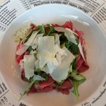 Tagliata mit Ruccola, Parmesan und grünem Spargel
