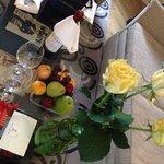 вино и вкусняшки в номере