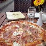Sabrosa y enorme pizza en horno de leña en la oferta del menú a mediodía