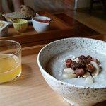 Desayuno (mi crema de arroz, y al fondo los patés vegetales de mi marido)