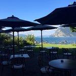 Blick von der Frühstücksterrasse auf den See
