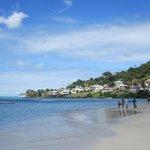La plage de Grand Anse à droite