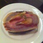 Tosta de pez espada ahumado