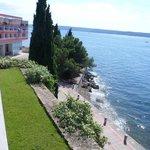 Blick vom Eingangsbereich auf einen Teil des Hotels und auf den WEg Richtung Piran