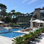 Blick auf Poollandschaft und Hotel