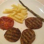 Girella con guarnición de patatas, espárragos y tomate