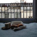 Завтрак в номере, круассаны купили в булочной по соседству.