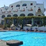 Das Hotel vom Pool aus