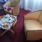 Petit déjeuner dans le petit salon de la chambre
