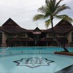 Kolam renang terletak di belakang hotel, bersih terpelihara tetapi tandus dan panas