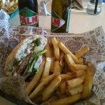 hamburger di pollo, avocado, zucchini grigliata, cetrioli sottaceto, cipolla fresca, salsa casal