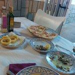 Cena terraza. Coquinas, calamares, pizza