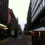 La rue. L'hôtel est à droite sur la photo.